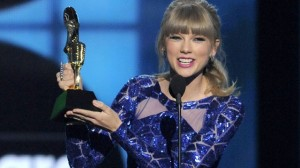 Taylor Swift holding up her Billbord Music Award May 19, 2013